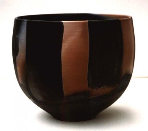 Fotograf: Eget fotoVærk  type: Skål Materiale: Pit-fired keramik Størrelse: 17x17 cm Færdiggjort: 1992 Placering: Privateje i Schweitz