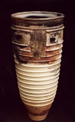 Fotograf: Erik Balle PoulsenVærk  titel: Kretakrukke med bånd Værk  type: Keramik Materiale: Terra sigillata, reduceret Størrelse: 49x23 cm Færdiggjort: 1993