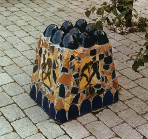 Fotograf: Eget fotoVærk  titel: Om forårets fristelser Værk  type: Skulptur Materiale: Keramik på beton Størrelse: 50x50x50 cm. Færdiggjort: 1989 Placering: Privat have i Risskov