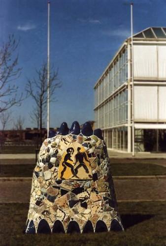 Fotograf: Eget fotoVærk  titel: Telefonalter Værk  type: Skulptur Materiale: Beton og keramik Størrelse: Højde 200 cm - bredde 170 cm - dybde 70 cm Færdiggjort: 1989 Placering: Jydsk Telefon, Eckersberggade, Århus