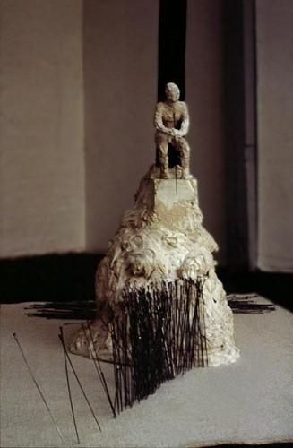 Fotograf: Anders MøldrupVærk  titel: Hjælperen Værk  type: Skulptur Materiale: Gips, cykeleger + filt Størrelse: 270 x 150 x 200 cm Færdiggjort: 1993