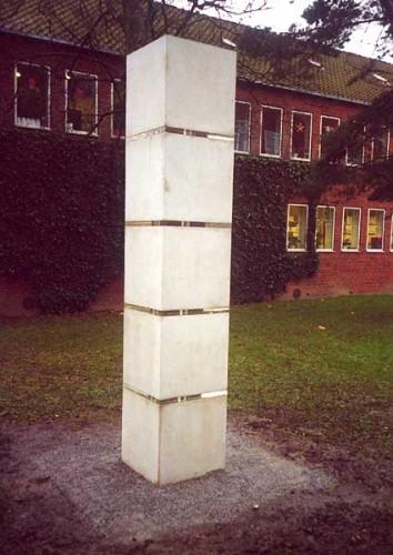 Fotograf: Eget fotoVærk  titel: Søjlen Værk  type: Skulptur Materiale: Beton Størrelse: 55 x 55 x 300 cm Færdiggjort: 2000 Placering: Århus Kommunehospital