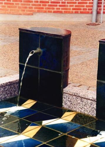 Fotograf: Walter HinghausVærk  titel: Uden titel Værk  type: Vandkunst Materiale: Stentøj, granit, beton Størrelse: 240x240 cm Færdiggjort: 1994 Placering: Posthuset, Hinnerup