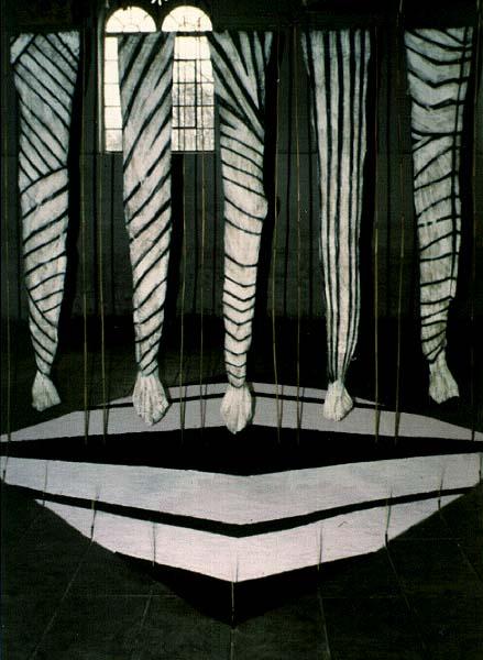 Fotograf: Eget fotoVærk  titel: Pigmenthud Værk  type: Installation Materiale: Bemalet papir - salt/jord Størrelse: 3,5x4x7 cm. Færdiggjort: 1990