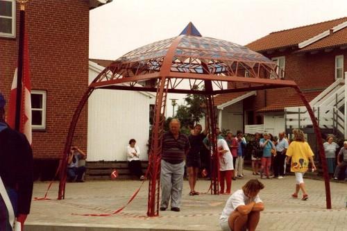 Fotograf: Eget fotoVærk  titel: Himmelkuppel Værk  type: Skulptur Materiale: Jern og farvet glas Størrelse: 350x400x400 cm. Færdiggjort: 1993 Placering: Åbyhøj boligforening, Bakken