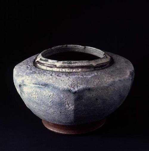 Fotograf: Erik Balle PovlsenVærk  titel: Sekskantet krukke Værk  type: Keramik Materiale: Rødler - begitning askeglasur Størrelse: Højde 40 cm Færdiggjort: 1997