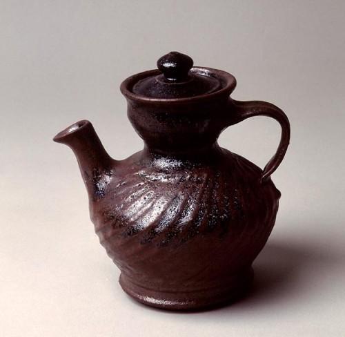 Fotograf: Erik Balle PovlsenVærk  titel: Kande Værk  type: Keramik Materiale: Rødler - tenmokuglasur Størrelse: Højde 20 cm Færdiggjort: 1997