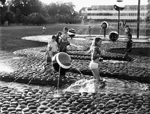 Fotograf: Olaf BlochVærk  titel: Variabel vandkunst Værk  type: Udsmykning Materiale: Stål, beton og søsten Størrelse: 500 x 2500 x 5000 cm Færdiggjort: 1975 Placering: Horsens Sygehus