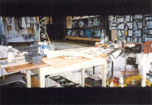 Fotograf: Eget fotoVærk  titel: Film one Værk  type: Installation Materiale: Papir - lærred - stof - kridt m.m. Færdiggjort: 2002 Øvrigt: Track Remisen