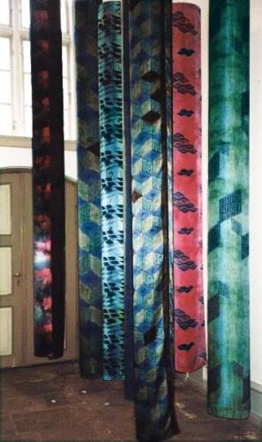 Fotograf: Eget fotoVærk  titel: 7 silkesøjler Værk  type: Skulptur Materiale: Håndmalet silke Størrelse: hver søjle højde 300 cm diameter 30 cm Færdiggjort: 1993