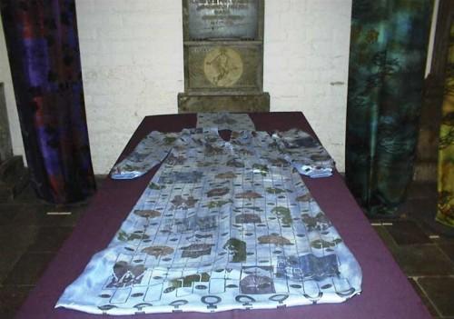 Fotograf: Eget fotoVærk  titel: Den sidste dragt Værk  type: Skulptur Materiale: Tekstil Størrelse: 5 x 106 x 240 cm Færdiggjort: 2000 Øvrigt: Begravelsesdragt til årtusindskiftets kvinde