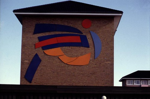 Fotograf: Joseph SalamonVærk  titel: Vejrtegn Værk  type: Relief Materiale: Indfarvet aluminium Størrelse: 400x800 cm Færdiggjort: 1994 Placering: Boligbyggeri