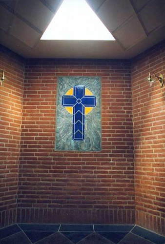 Fotograf: Eget fotoVærk  titel: Udsmykning i kapel Værk  type: Mosaik Materiale: Keramikfliser og rakubrændte stifter Størrelse: 140 x 70 cm Færdiggjort: 1999 Placering: Hans Egedes Kirke