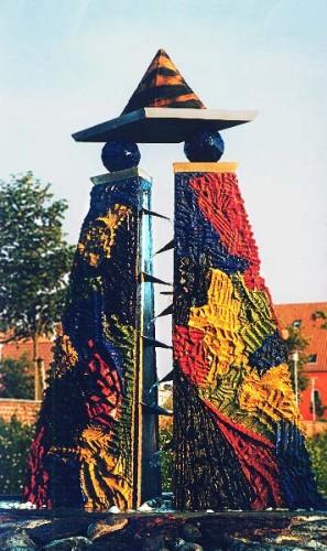 Fotograf: Eget fotoVærk  titel: Vandtrappen Værk  type: Skulptur Materiale: Indfarvet beton, metal, træ, keramik Størrelse: Højde 300 cm - bredde 250 cm Færdiggjort: 1992 Placering: Sindal by - (100 springvand)