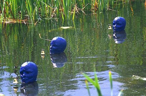 Fotograf: Frank LarsenVærk  titel: De lyttende Værk  type: Installation Materiale: Flamingo og silicone Størrelse: højde 25 cm Færdiggjort: 1998