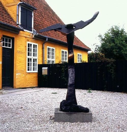 Fotograf: Jan RutkjærVærk  titel: Troen på fremtiden Værk  type: Skulptur Materiale: Bronze på granit Størrelse: 240x150x100 cm Færdiggjort: 1995