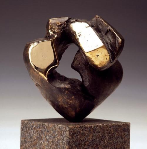 Fotograf: Lars SvensonVærk  titel: Hjertets rytme Værk  type: Skulptur Materiale: Bronze Størrelse: 20x20x20 cm Færdiggjort: 1994
