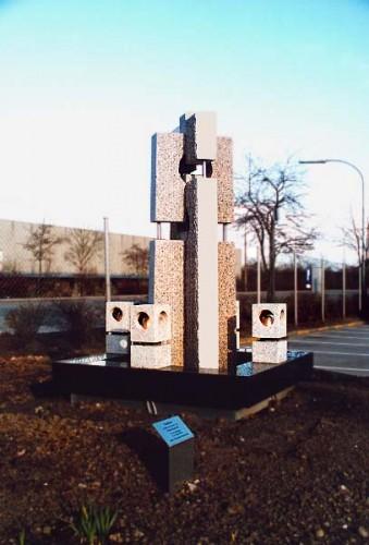 Fotograf: Jørn LützøstVærk  type: Vandkunst Materiale: Granit Størrelse: Højde 220 - bredde 156 cm Færdiggjort: 1993 Placering: Robert Bosch, Ballerup