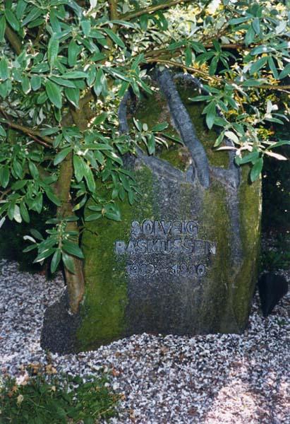 Fotograf: Eget fotoVærk  type: Gravsten Materiale: Bly på granit Størrelse: 80x60x40 cm Færdiggjort: 1990 Placering: Tulstrup Kirke