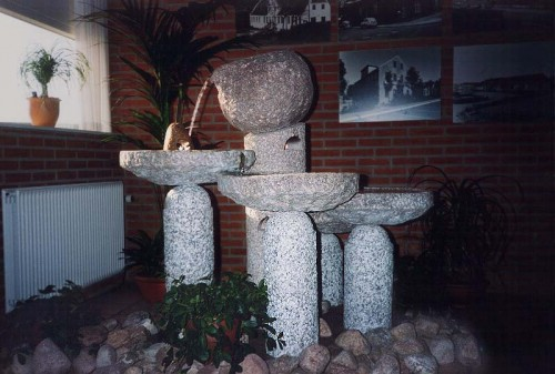 Fotograf: Eget fotoVærk  type: Vandkunst med ild Materiale: Granit Størrelse: 130x100x80 cm Færdiggjort: 1995 Placering: Forsikringsselskabet, Thisted Amt