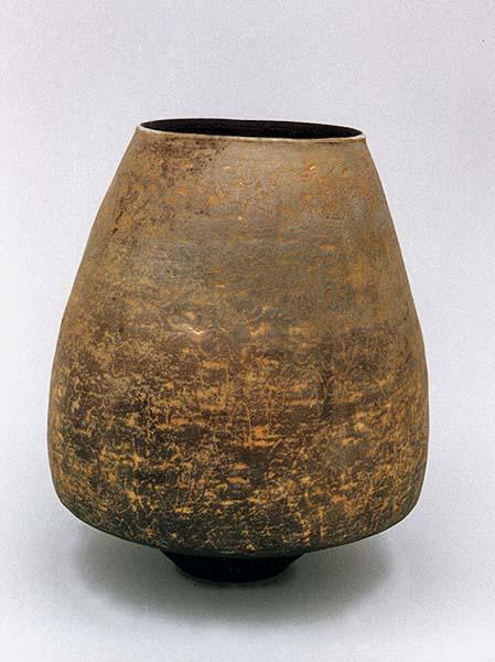 Fotograf: Eget fotoVærk  titel: Grå konisk krukke Værk  type: Keramik Materiale: Rødler, raku Størrelse: H: 23 cm Færdiggjort: 1996 Placering: SAS´Kunstforening