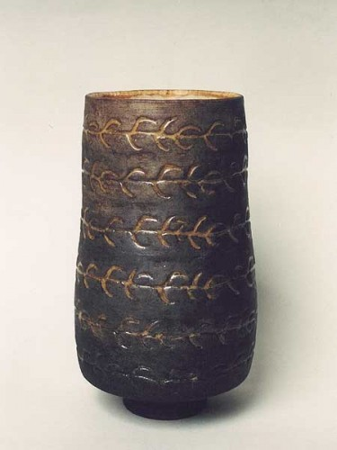 Fotograf: Eget fotoVærk  titel: Brun krukke Værk  type: Keramik Materiale: Rakubrændt lertøj Størrelse: Højde 22 cm Færdiggjort: 2001