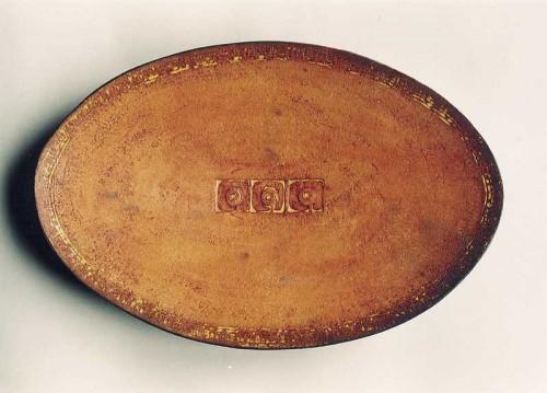 Fotograf: Eget fotoVærk  titel: Ovalr okker fad Værk  type: Keramik Materiale: Rakubrændt lertøj Størrelse: 35 x 23 cm Færdiggjort: 2001