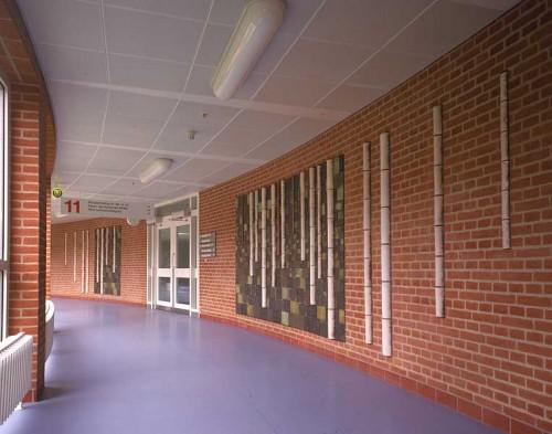 Fotograf: Ivar MjellVærk  titel: Birkene Værk  type: Relief Materiale: Rakubrændt lertøj Størrelse: 192 x 230 og 192 x 160 cm Færdiggjort: 2000