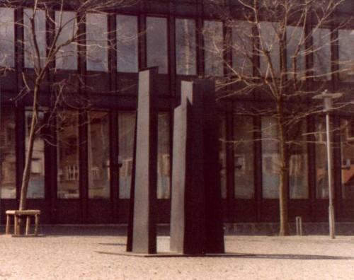 Fotograf: Eget fotoVærk  titel: 5 tårne Værk  type: Skulptur Materiale: Stål Størrelse: 300x200x200 cm Færdiggjort: 1984 Placering: Fredericia Rådhus