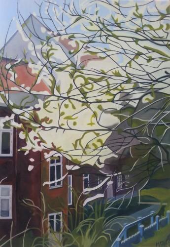 Et blomstrende mirabelletræ hælder ud over en skrænt ned til et rødstens-baghus. Motivet er fra en baggård i Randers. Det måler 45x65 cm og koster 4000 kr.