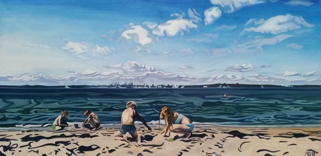 Fire børn leger på solbeskinnet strand foran Århus bugt og Århus i baggrunden. Bestilling. 100x50 cm.