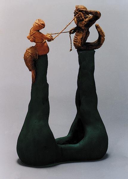 Fotograf: Klavs Bo ChristensenVærk  titel: Dirigenten Værk  type: Skulptur Materiale: Stentøj, sejlgarn og shellak Størrelse: 53 x 41 x 8 cm Færdiggjort: 1996