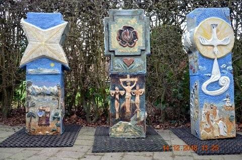 I påsken 2019 blev disse 3 skulpturer afsløret på Tårs Kirkegård. De hedder Jul, Påske, Pinse, hvorfor. Bagsiden viser, hvordan vi holder disse helligdage, og jeg forsøger at vise hvorfor. De 3 fotos er bagsiderne af skulpturerne.