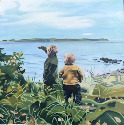 To børn står med ryggen til imellem marehalm og hyben og kigger ud over Limfjorden. Bestilling. 50x50 cm.
