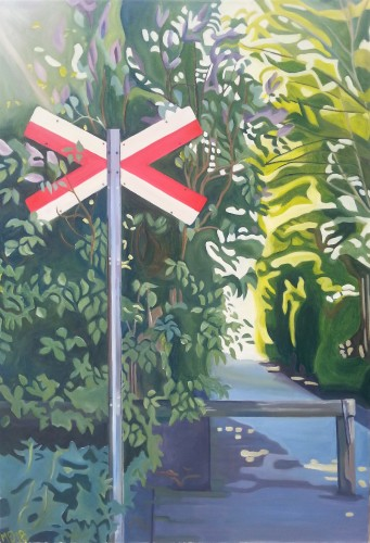 """Et gammelt """"giv-agt""""-jernbane-skilt foran en syren-busk og en solplettet sti. Motivet er fra Vorup i Randers. Maleriet måler 45x65 cm og koster 4000 kr."""
