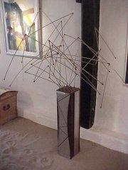 Skulptur/Plastik 80rustfrit stål & rustjern/ Edelstahl und RosteisenDDK:28000.- - Euro:3750.- Bevægelig skulptur i rustfrit stål på jernfod højde 170 cm Bewegliche Plastik in Edelstahl auf Eisenfuss höhe 170 cm